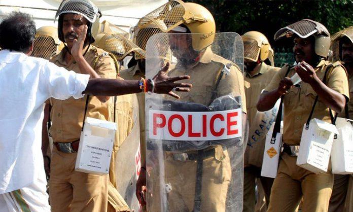 ভারতে 'জয় শ্রীরাম' স্লোগান দিয়ে পুলিশকে বেধড়ক পিটুনি