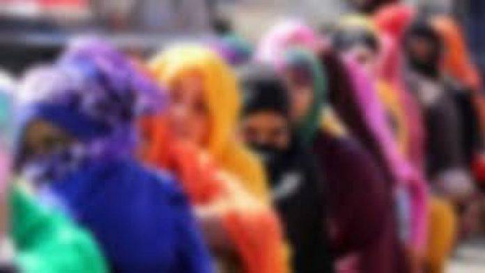 বাংলাদেশি নারীকর্মী আটক